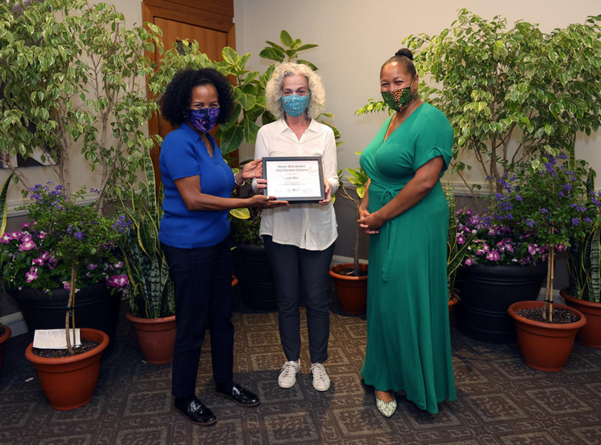 Sklar - 2nd Place Medium Yard - Award